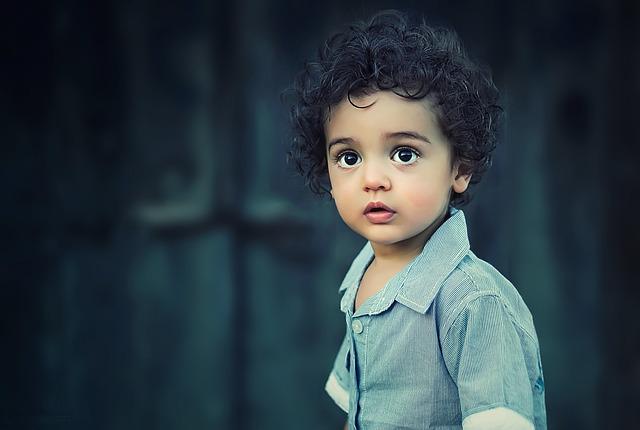 hnědooké dítě