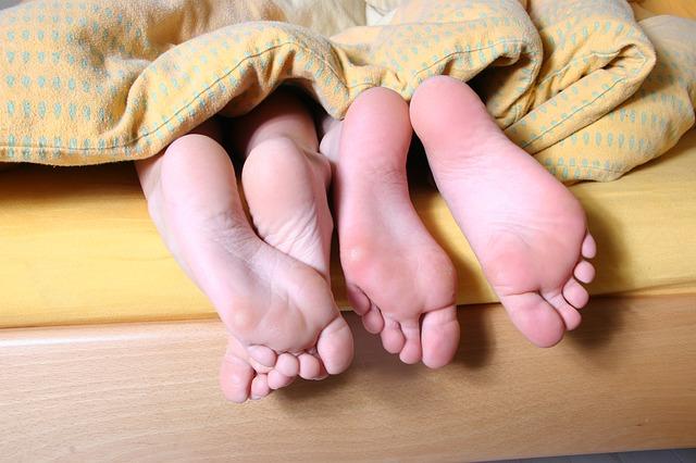 manželská postel, jen trochu krátká, když koukají nohy ven