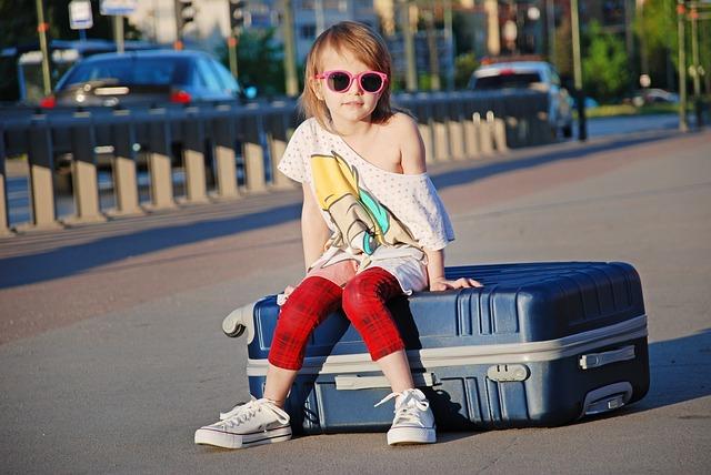 dítě s kufrem
