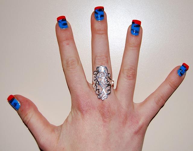 extravagantní ruka s prstenem